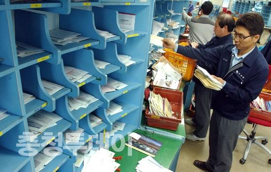 연말 우편물 급증 바빠진 우체국