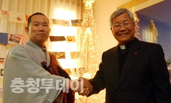 경천스님, 유흥식 주교에 성탄축하 선물