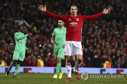 ▲ Manchester United's Zlatan Ibrahimovic celebrates after scoring during the Europa League round of 32 first leg soccer match between Manchester United and St.-Etienne at the Old Trafford stadium in Manchester, England, Thursday, Feb. 16, 2017 . (AP Photo/Dave Thompson)