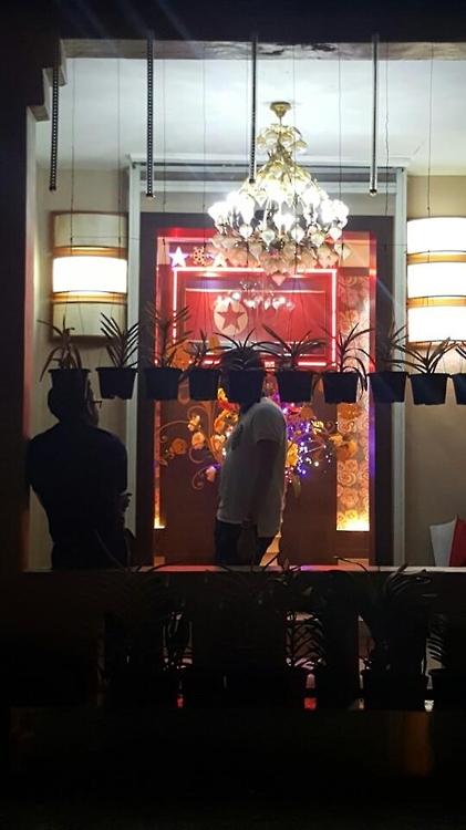 ▲ 말레이시아 수도 쿠알라룸푸르의 유일한 북한식당인 고려관에서 식사 중 손님들이 나와 담배를 피우고 있다