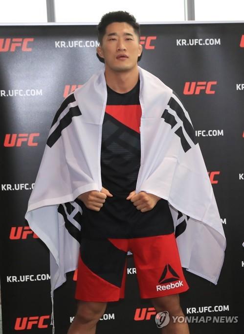 ▲ (서울=연합뉴스) 서명곤 기자 = '스턴건' 김동현이 12일 오후 서울 여의도 센티넬 IFC에서 포즈를 취하고 있다. 김동현은 6월 17일 올해 아시아에서 처음으로 열리는 UFC  싱가포르 대회에서 코빙턴과 대결을 펼칠 예정이다.   2017.5.12     seephoto@yna.co.kr