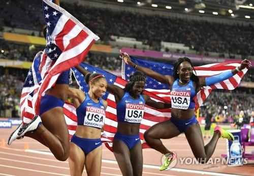 ▲ (런던 EPA=연합뉴스) 앨리슨 필릭스(왼쪽 두 번째)가 13일(한국시간) 영국 런던 올림픽 스타디움에서 열린 여자 400m계주 결승에서 우승한 뒤 동료들과 기념 촬영을 하고 있다.