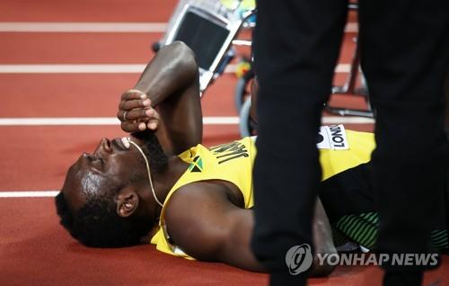 ▲ (런던 EAP=연합뉴스) 우사인 볼트(자메이카) 13일(한국시간) 영국 런던 올림픽 스타디움에서 열린 2017 런던 세계육상선수권대회 남자 400m계주 결승에서 왼 다리 통증을 호소하고 있다.