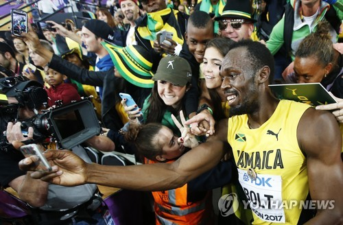 ▲ 런던 세계육상선수권대회 남자 100m에서 3위를 차지한 뒤 팬들과 기념 촬영을 하는 우사인 볼트. [EPA=연합뉴스 자료사진]