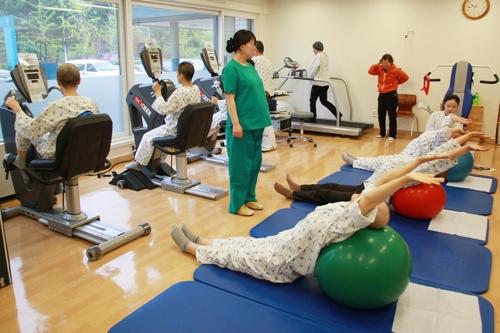 ▲ 유방암 환자들이 운동 재활치료를 받고 있는 모습. [서울아산병원 제공=연합뉴스]