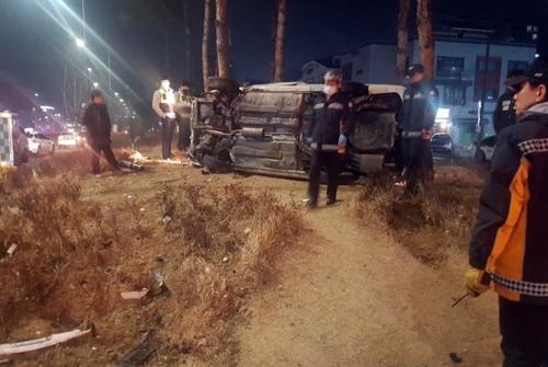 ▲ 14일 새벽 대전에서 A(25)씨가 몰던 차량이 택시를 들이받고서 옆으로 넘어져 있다. A씨는 음주 상태에서 운전대를 잡은 것으로 조사됐다. [독자 송영훈씨 제공=연합뉴스]