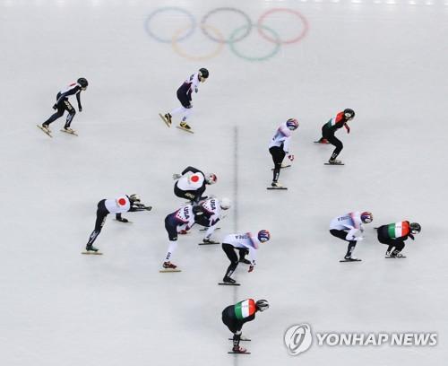 ▲ (강릉=연합뉴스) 김도훈 기자 = 13일 오후 강릉 아이스아레나에서 열린 2018 평창동계올림픽 쇼트트랙 남자 5,000m 계주 예선 2조 경기에서 한국, 헝가리, 미국, 일본 선수들이 레이스를 펼치고 있다.      한국은 올림픽 기록을 세우며 조1위로 결승선을 통과했다. 2018.2.13     superdoo82@yna.co.kr