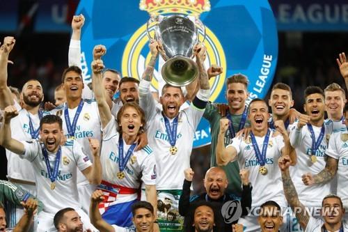 ▲ 2017-2018 유럽축구연맹(UEFA) 챔피언스리그 우승트로피를 들어올리는 레알 마드리드 선수들.(로이터=연합뉴스)