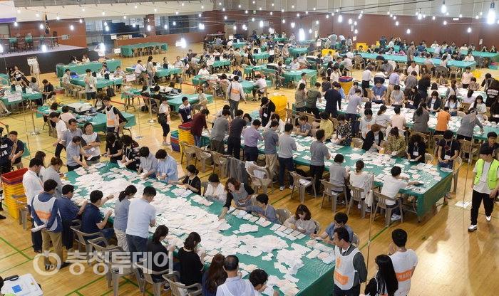 6·13 제7회 전국동시지방선거 대전 중구 개표 '분주'