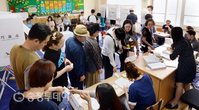 투개표 이모저모… 물건너 소중한 한표 유행처럼 번진 '투표인증'
