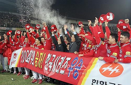 ▲ 1999년 한국시리즈 우승을 차지한 뒤, 기뻐하는 한화 선수단. [연합뉴스 자료사진]