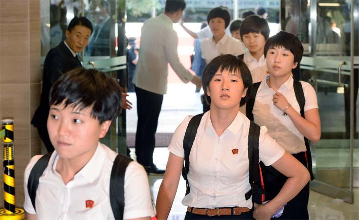 1면-북한선수단1.jpg