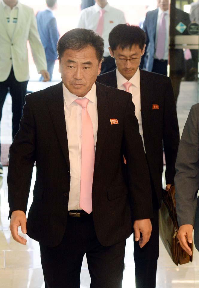 1면-북한선수단4.jpg