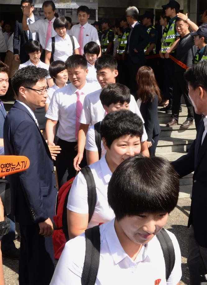 1면-북한탁구팀귀환2.jpg