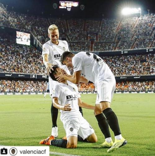 ▲ 스페인 프리메라리가 발렌시아 이강인(가운데)이 지난 12일 스페인 발렌시아 에스타티 메스타야에서 열린 프리시즌 레버쿠젠(독일)과 출정식 경기에서 골을 넣은 뒤 기뻐하고 있다. 스페인 프리메라리가는 이 사진을 공식 소셜네트워크서비스(SNS)에 소개했다. [사진캡처=프리메라리가 인스타그램]