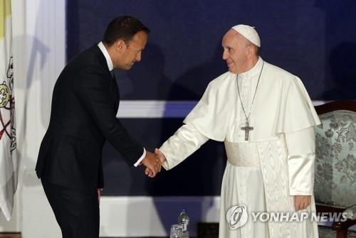▲ 레오 바라드카르 아일랜드 총리와 인사하는 프란치스코 교황(오른쪽) [AP=연합뉴스]