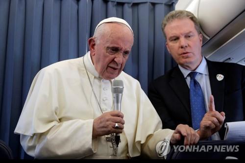 ▲ 26일 아일랜드 방문을 마치고 로마로 돌아오는 비행기 안에서 기자회견을 하는 프란치스코 교황 [로이터=연합뉴스]