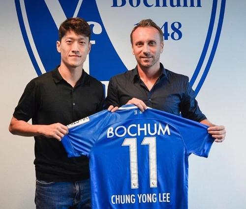 ▲ 이청용이 보훔 구단의 새 유니폼을 들고 포즈를 취하고 있다. [VFL보훔구단 홈페이지 캡처=연합뉴스]
