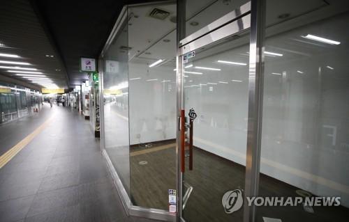 ▲ (서울=연합뉴스) 이재희 기자 = 29일 한국은행에 따르면 7월 향후경기전망 소비자동향지수(CSI)는 자영업자가 79로 봉급생활자 91 보다 12포인트 낮다. 둘 간의 격차는 한은이 관련 통계를 작성한 이래 가장 컸다. 사진은 이날 서울 중구의 한 지하도상가의 빈 점포 모습. 2018.7.29     scape@yna.co.kr (끝)