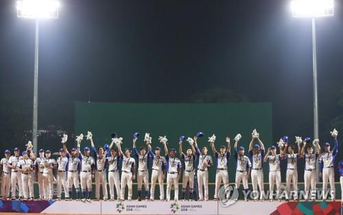 ▲ (자카르타=연합뉴스) 홍해인 기자 = 1일 오후 (현지시간) 인도네시아 자카르타 겔로라 붕 카르노(GBK) 야구장에서 열린 2018 자카르타-팔렘방 아시안게임 결승 한국과 일본의 경기에서 3-0으로 승리하며 우승을 차지한 선수들이 시상식에서 금메달을 목에 건 채 인사하고 있다. 2018.9.1        hihong@yna.co.kr (끝)