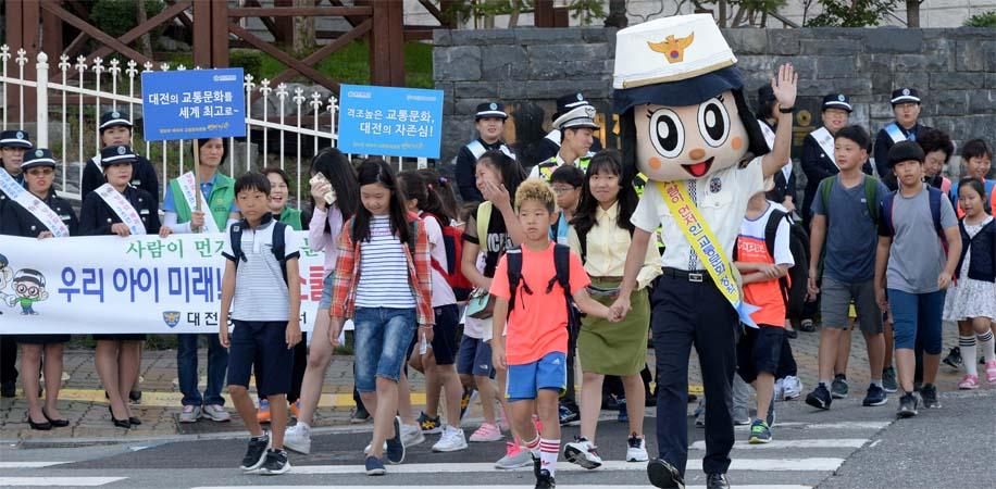 3면-초등학교교통캠페인1.jpg