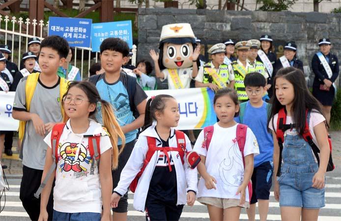 3면-초등학교교통캠페인3.jpg