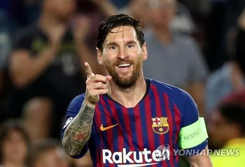 ▲ 바르셀로나의 리오넬 메시가 19일(한국시간) 스페인 바르셀로나의 캄푸누에서 열린 에인트호번(네덜란드)과 2018-2019 UEFA 챔피언스리그 조별리그 B조 1차전 홈경기에서 해트트릭을 달성한 뒤 기뻐하고 있다.(로이터=연합뉴스)