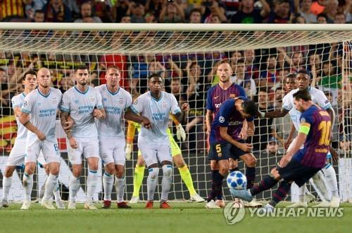 ▲ 바르셀로나의 리오넬 메시가 19일(한국시간) 스페인 바르셀로나의 캄푸누에서 열린 에인트호번(네덜란드)과 2018-2019 UEFA 챔피언스리그 조별리그 B조 1차전 홈경기에서 전반 31분 프리킥으로 결승골을 넣고 있다.(로이터=연합뉴스)