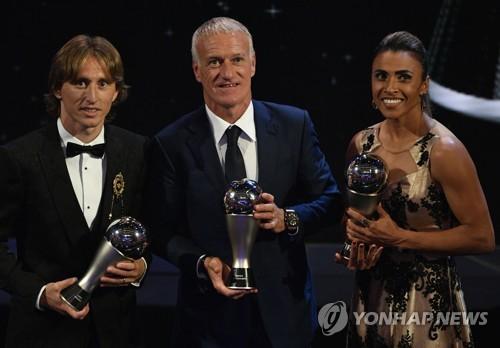 ▲ FIFA 올해의 선수로 뽑힌 루카 모드리치(맨왼쪽), 올해의 감독으로 선정된 디디에 데샹(가운데), 올해의 여자선수상을 수상한 마르타가 포즈를 취하고 있다.(EPA=연합뉴스)