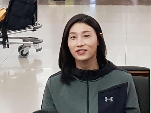 ▲ (영종도=연합뉴스)�김연경이&nbsp11일�터키로�출국하기�전,�인천국제공항에서�웃으며�팬들과�대화하고�있다.