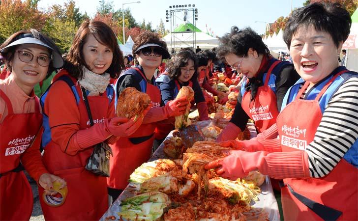 청명한 가을하늘 제16회 아줌마대축제 성대한 개막
