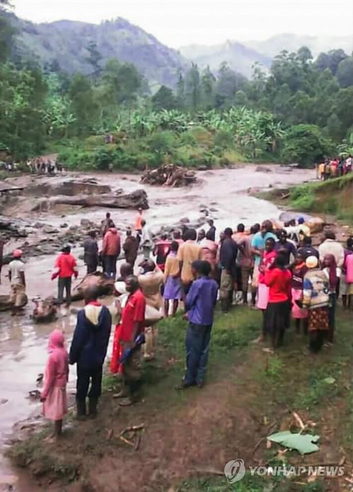 ▲ (나이로비 AFP=연합뉴스) 폭우로 강물이 범람한 우간다 동부 부두다 지역의 부칼라시 타운에서 11일(현지시간) 주민들이 강둑이 무너진 현장을 바라보고 있다. ymarshal@yna.co.kr (끝)