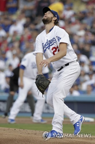 ▲ (로스앤젤레스 AP=연합뉴스) 로스앤젤레스 다저스 에이스 클레이턴 커쇼가 29일(한국시간) 다저스타디움에서 열린 월드시리즈 5차전에서 1회초 보스턴 레드삭스 스티브 피어스에게 홈런을 허용한 뒤 타구를 바라보고 있다.