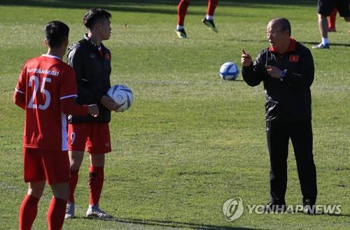 ▲ 베트남 축구대표팀 선수들을 지도하고 있는 박항서 감독. [연합뉴스 자료사진]