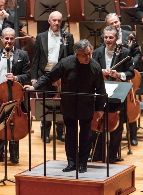 ▲ 산타 체칠리아 오케스트라를 이끈 안토니오 파파노가 지난 16일 저녁 예술의전당 콘서트홀에서 관객들에게 인사하고 있다. 2018.11.17 [크레디아 제공]