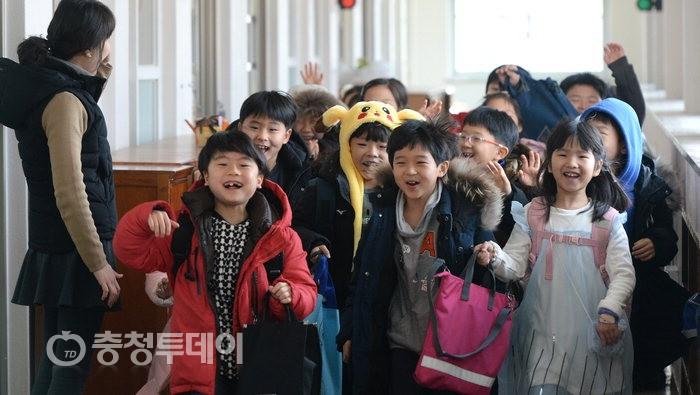 """초등학교 방학식 """"신난다~"""""""