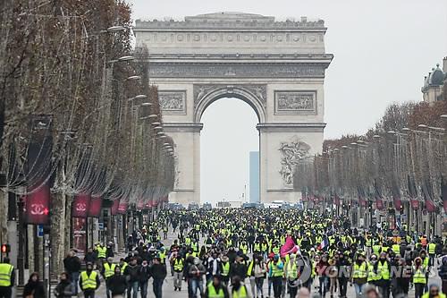 ▲ 지난달 15일 파리 샹젤리제 거리를 가득 메운 노란 조끼 시위대  [AFP=연합뉴스]
