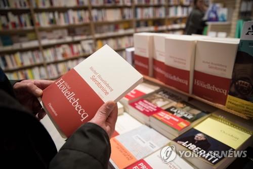 ▲ 프랑스 파리의 한 서점에 진열된 미셸 우엘벡의 새 소설 '세로토닌' [AFP=연합뉴스]