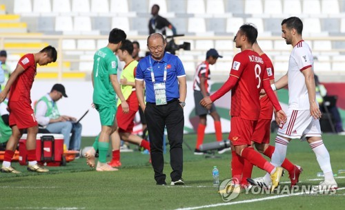 ▲ (아부다비=연합뉴스) 안정원 기자 = 12일 오후(현지시간) 아랍에미리트 아부다비 알 나얀  경기장에서 열린   2019 AFC 아시안컵 UAE 조별 라운드 D조 2차전 베트남과 이란과의 경기에서 박항서 베트남 대표팀 감독이 전반전이 끝난 뒤 아쉬운 모습을 보이고 있다.  2019.1.12 jeong@yna.co.kr