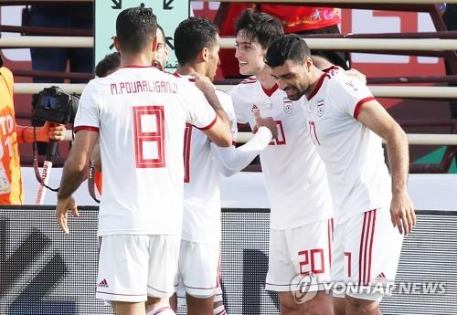 ▲ (아부다비=연합뉴스) 안정원 기자 = 12일 오후(현지시간) 아랍에미리트 아부다비 알 나얀  경기장에서 열린   2019 AFC 아시안컵 UAE 조별 라운드 D조 2차전 베트남과 이란과의 경기에서  이란 아즈문이 첫골을 넣은 뒤 축하받고 있다  2019.1.12 jeong@yna.co.kr