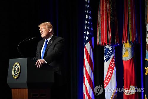 """▲ (워싱턴DC AFP=연합뉴스) 17일(현지시간) 미국 국방부(펜타곤)의 새 '미사일 방어 검토보고서'(MDR) 발표회에서 도널드 트럼프 대통령이 연설하고 있다. 그는 이날 """"우리는 미국의 모든 도시를 방어할 수 있는 미사일 방어 프로그램 구축에 전념하고 있다""""면서 """"모든 형태의 미사일 공격으로부터 미국민을 보호할 것""""이라고 강조했다. bulls@yna.co.kr"""