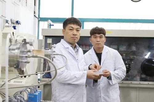 ▲ KAIST 이진우 교수(왼쪽)와 임원광 연구원 [KAIST 제공=연합뉴스]