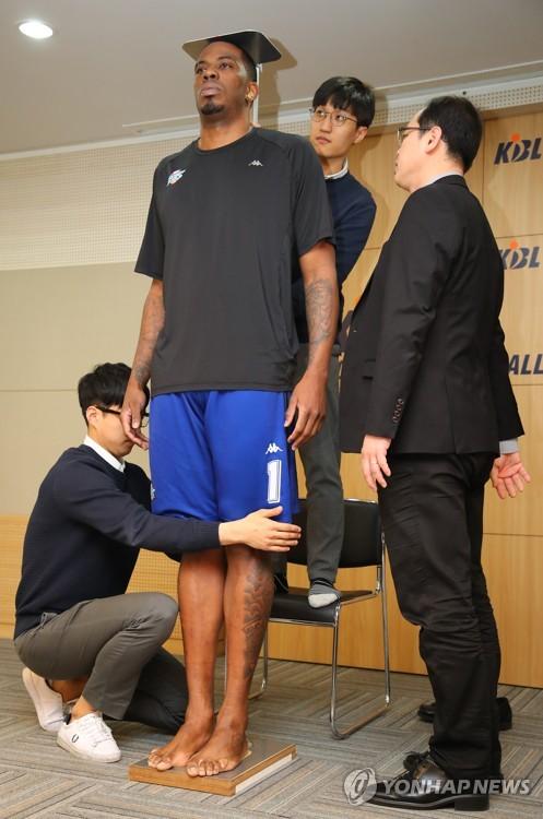 ▲ (서울=연합뉴스) 황광모 기자 = 6일 오후 프로농구 KCC의 외국인 선수 찰스 로드가 서울 강남구 신사동 KBL 센터에서 키를 측정하고 있다. KBL 프로농구는 다음 시즌부터 외국인 선수의 키를 200㎝ 이하로 제한할 예정이다. 로드는 이날 측정에서 기존 200.1cm 보다 작은 199.2cm를 기록해 다음 시즌에도 한국 프로농구에서 뛸 수 있게 됐다. 2018.4.6 hkmpooh@yna.co.kr
