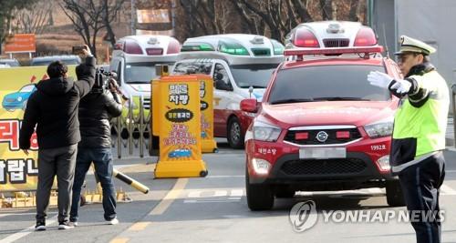 ▲ (대전=연합뉴스) 양영석 기자 = 14일 오전 폭발사고가 발생해 사상자가 발생한 대전 유성구 한화 대전공장에서 119구급차량이 줄지어 나오고 있다.