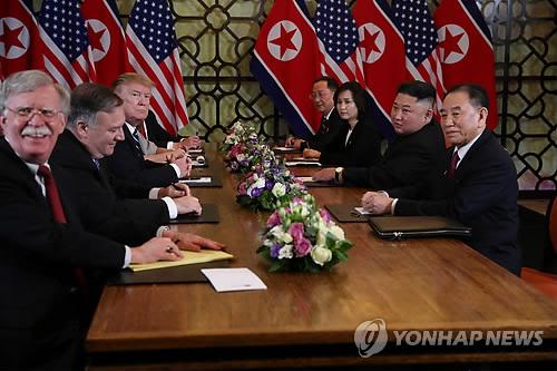 ▲ (하노이 로이터=연합뉴스) 지난달 28일 베트남 하노이에서 열린 도널드 트럼프 미국 대통령(왼쪽 세번째)과 김정은 북한 국무위원장(오른쪽 두번째)의 2차 북미정상회담 확대회담에 배석한 존 볼턴 백악관 국가안보회의(NSC) 보좌관(왼쪽)이 웃음 띤 밝은 표정을 짓고 있다. ymarshal@yna.co.kr