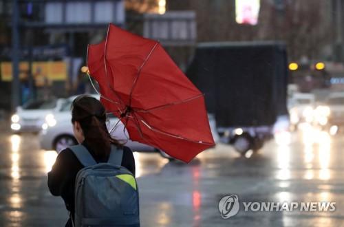 ▲ (서울=연합뉴스) 한종찬 기자 = 비가 내린 15일 오후 서울 광화문역 인근에서 시민들이 길을 건너고 있다.  saba@yna.co.kr