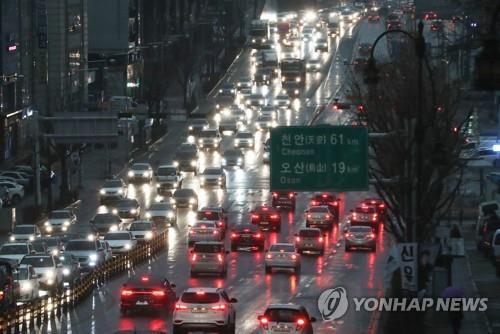 ▲ (수원=연합뉴스) 홍기원 기자 = 요란한 봄비가 내린 15일 오후 경기도 수원시 1번 국도에서 차량이 전조등을 켠 채 운행하고 있다.