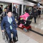 권선택 대전시장 '장애인의 날' 휠체어 출근체험
