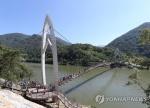 청명한 주말…충북 유명 산·유원지 행락객 북적