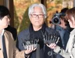 """'단원 성폭행 혐의' 이윤택 경찰 출석…""""피해자들에 사죄"""""""
